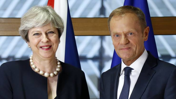 Die britische Premierministerin posiert am EU-Gipfel in Brüssel mit EU-Ratspräsident Donald Tusk für das Foto. Sie hat rund um den Brexit zugesichert, Grossbritannien werde keine EU-Bürger ausweisen.