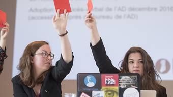 Die Zentralsekretärin, Julia Baumgartner, links, und die Präsidentin der JUSO Schweiz, Tamara Funiciello, rechts, geben bei der Delegiertenversammlung in Wohlen AG ihre Stimme ab. Die Jungsozialisten sprachen sich deutlich gegen die Altersvorsorge 2020 aus.
