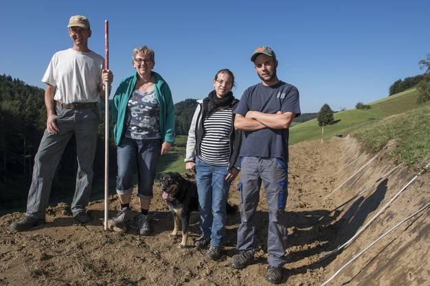 Ruedi, Margreth, Chantal und Michael Müller stehen auf der ersten fertiggestellten Terrasse.