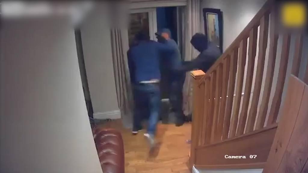 Geschäftsmann schlägt mit blossen Fäusten drei Einbrecher in die Flucht
