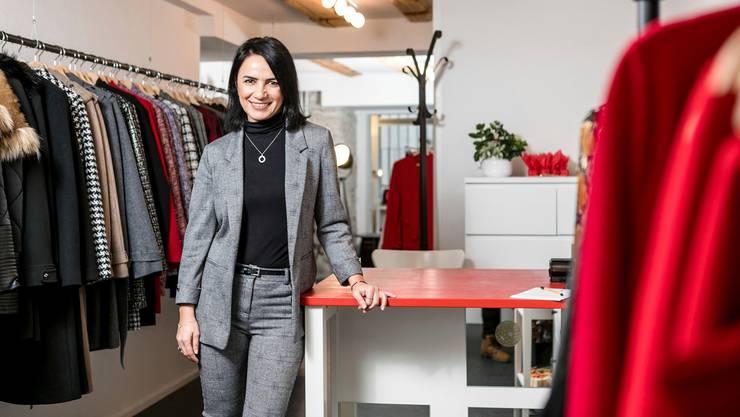 Rot ist ihre Lieblingsfarbe: Ayse Turhan in ihrer Damenmodeboutique an der Rathausgasse.
