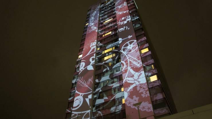 Lichtkünstler Gerry Hofstetter projizierte am Mittwochabend die «Swiss Circles» an das Swissôtel in Oerlikon.