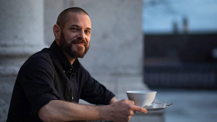 Fabian Scherrer vor der St. Ursenkathedrale. Mit Teetasse, nicht mit Kaffee.