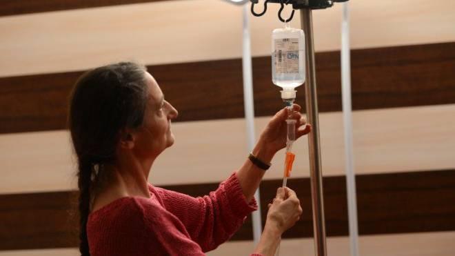 Ärztin Erika Preisig bereitet in ihrem Sterbezimmer eine der letzten Infusionen vor. Foto: Juri Junkov