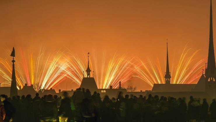 """Das Feuerwerk am Zürcher """"Silvesterzauber"""" war wegen des nächtlichen Nebels nicht vollständig zu sehen."""
