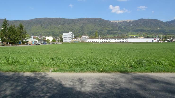 An der Flughafenstrasse in Grenchen, südlich der Howeg und der Bahngeleise, plant die Swatch Group den Bau einer neuen Zifferblatt-Produktionsstätte.  (Bild: Oliver Menge)