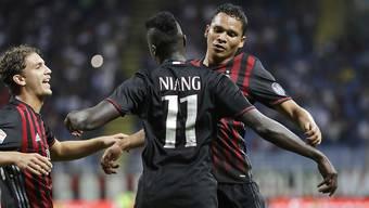 Carlos Bacca (rechts) erzielte beim 2:0 gegen Lazio Rom seinen bereits fünften Saisontreffer