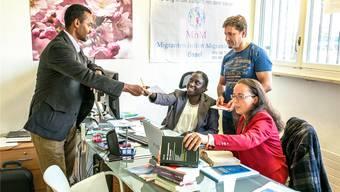 Sie leisten wertvolle Freiwilligenarbeit: Geschäftsleiterin Alima Diouf aus Senegal (Zweite von links), Madjid Nuri aus dem Iran, Sanja Pucar aus Ex-Jugoslawien und Lukas David Girmay aus Eritrea (ganz links). Girmayhat eine Anleitung für Windows verfasst – auf Tigrinya.Kenneth Nars