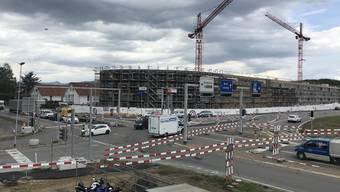 Doppelt gesperrt: Für den Bau des Tunnels wurde die Hendschikerstrasse beim Knoten Neuhof komplett gesperrt.