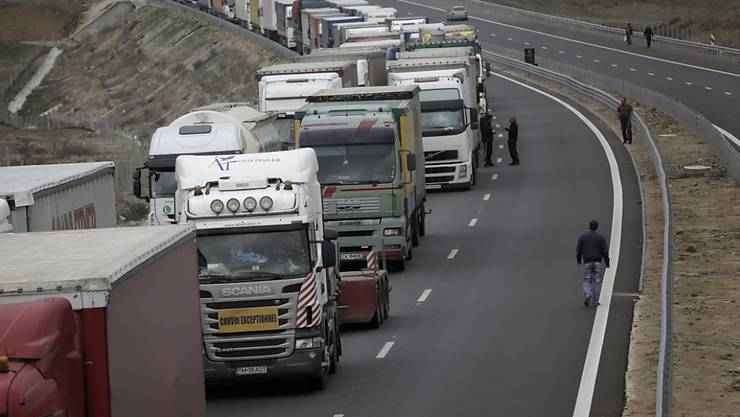 Lange Schlangen vor einem bulgarisch-griechischen Grenzübergang: Bulgarische Lastwagenfahrer blockierten als Antwort auf Blockaden griechischer Bauern sämtliche Grenzübergänge zwischen den beiden Ländern.