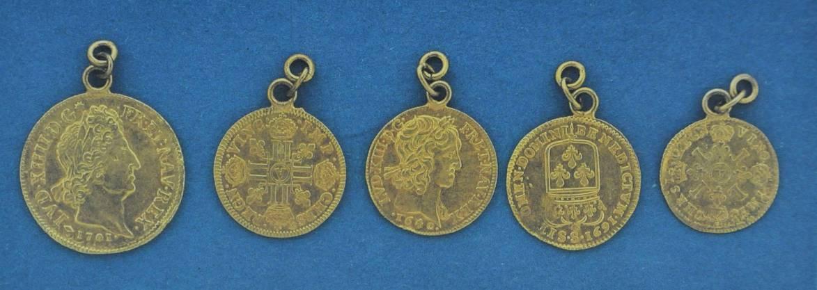 Diese fünf Goldmünzen behielt die Gemeinde als Andenken an den Fund.