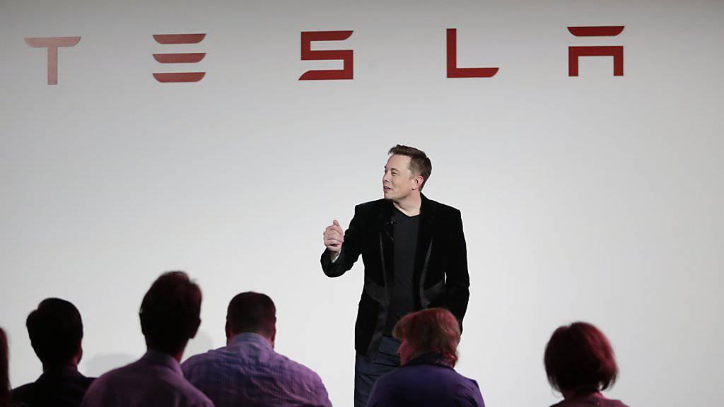 Tesla-Chef Elon Musk bei einer Präsentation: Der Konzern verfehlte sein Absatzziel auch im ersten Quartal. (Archivbild)