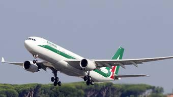 Der Überlebenskampf der maroden italienischen Fluggesellschaft Alitalia zieht sich laut Insider-Informationen weiter in die Länge. (Archivbild)