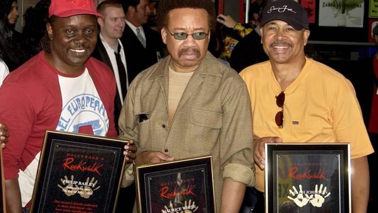 Maurice White - hier 2003 zwischen Philip Bailey (l) und Ralph Johnson (r) von Earth Wind & Fire - ist in der Nacht auf Donnerstag gestorben.