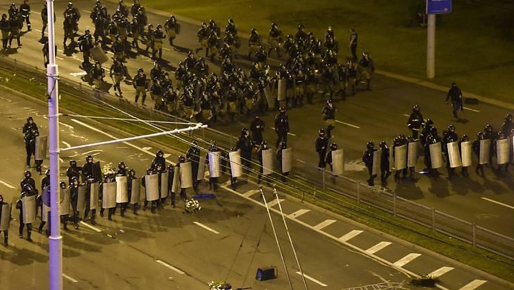 Die Polizei blockiert einen Platz in Minsk. Foto: Uncredited/AP/dpa