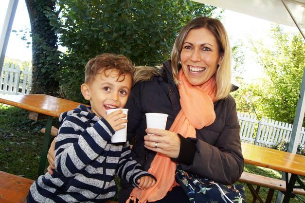Stefanie Penneveyre aus Oetwil mit Sohn Tristan geniessen den feinen Apfelsaft
