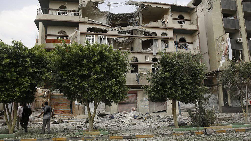 Von einem saudi-arabischen Luftangriff schwer beschädigtes Haus in Sanaa
