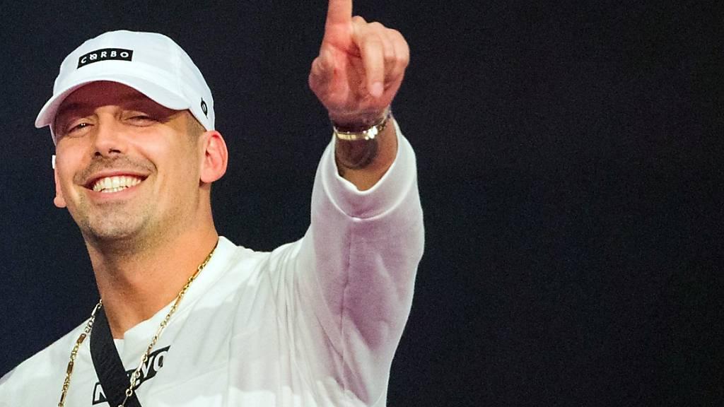 ARCHIV - Der österreichische Hip-Hop-Musiker RAF Camora freut sich bei der Verleihung der 1Live Krone in der Jahrhunderthalle über die Auszeichnung in der Kategorie «Bester Hip-Hop Act». Foto: Rolf Vennenbernd/dpa