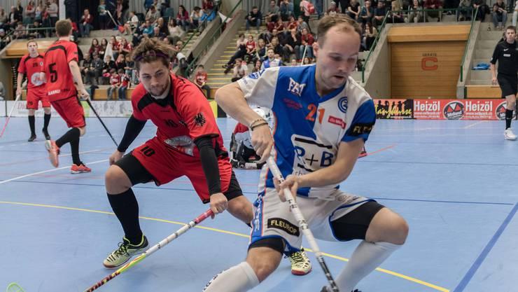 Team Aarau-Verteidiger Ramon Basler (li.) im Zweikampf mit GC-Schwede Emil Julkunen (re.). Bild: Jürg Sollberger