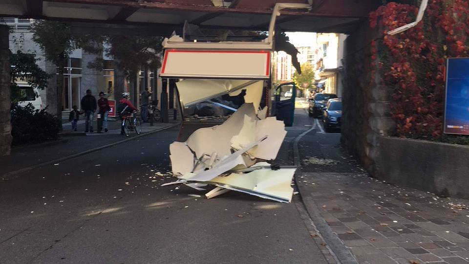 Zug: Fahrzeug bleibt unter Brücke stecken