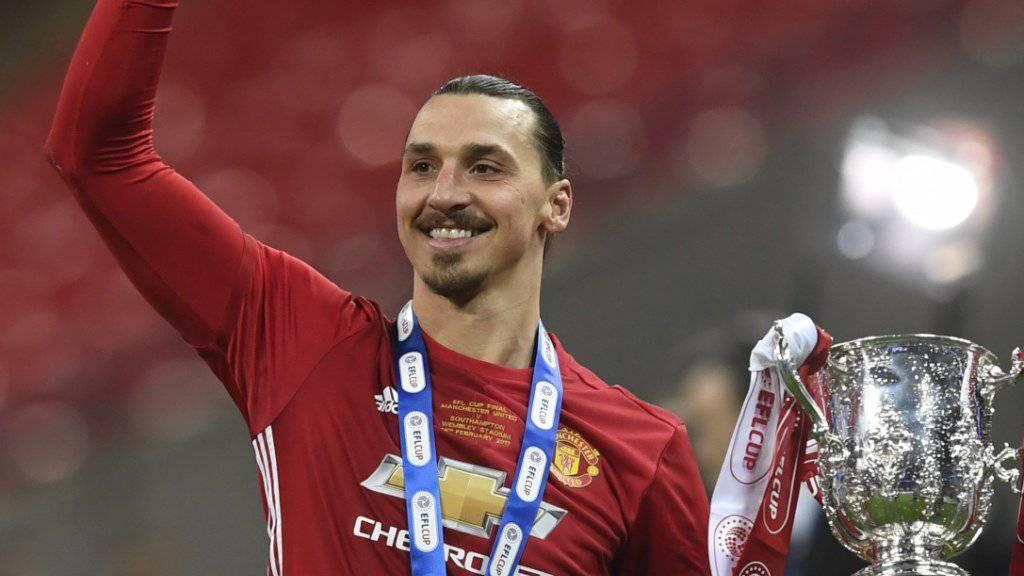 Glücklicher Zlatan Ibrahimovic mit Cup und Medaille