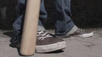 Ein Mann bedrohte eine Autofahrerin mit einem Baseballschläger. (Symbolbild)