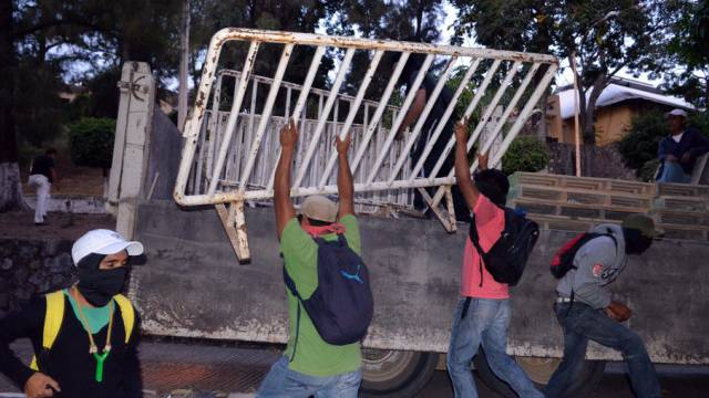 Demonstranten mit Absperrgittern in Chilpancingo