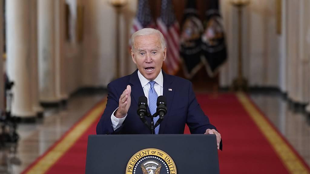 US-Präsident Joe Biden spricht im State Dining Room des Weißen Hauses über Afghanistan. Biden hat am Dienstag nach dem Ende des internationalen Militäreinsatzes in Afghanistan seine umstrittene Abzugsentscheidung vehement verteidigt. «Es war an der Zeit, diesen Krieg zu beenden», so Biden.