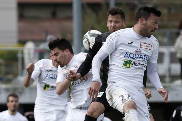 Die Szene beim Eckball kurz vor dem 1:1: Torschütze Stéphane Besle zwängt sich zwischen Denis Markaj (links) und Xavier Hochstrasser.