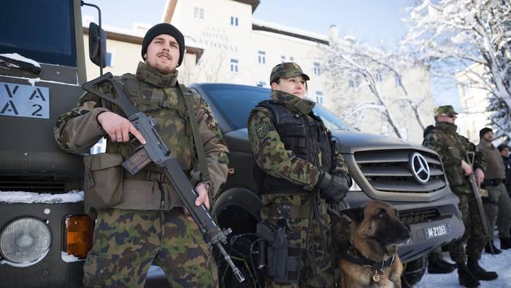Bewaffnete Militärs in Davos zum Schutz der WEF 2016 Teilnehmer.