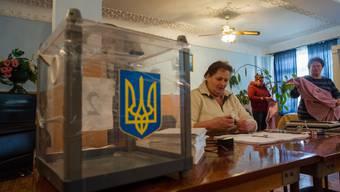 Wahlhelferinnen bereiten das Referndum vor.