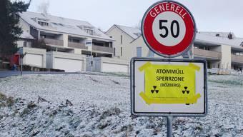 Von Atommüll-Gegnern verklebte Ortsschilder in der Gemeinde Bözberg