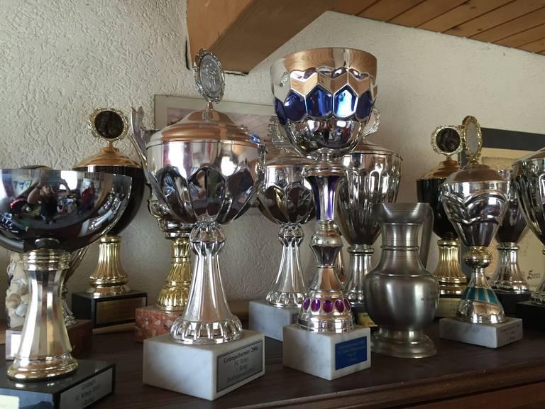 Ein Leben für den Fussball: Ruth Schmid hat massenhaft Pokale auf ihren Regalen stehen. ©FM1Today