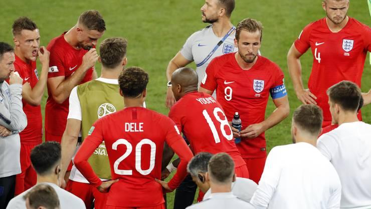 Kurze Pause vor der Verlängerung: Englands Spieler sammeln sich nochmals.