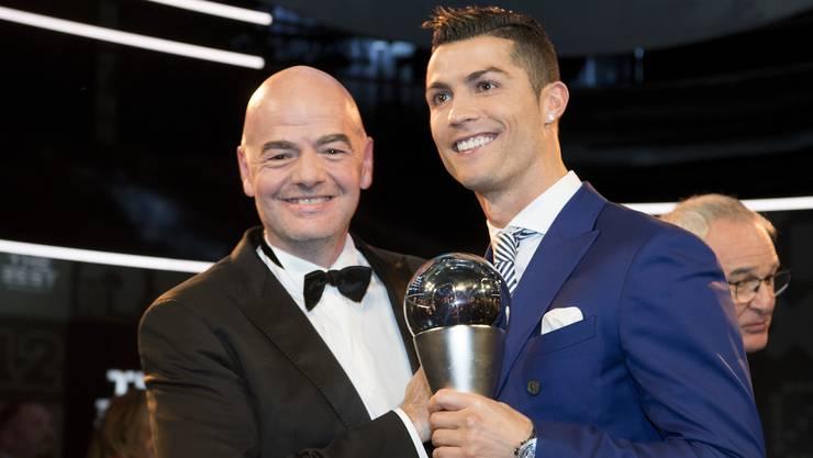 Weltfussballer des Jahres Cristiano Ronaldo (r.) und der Chef des Weltfussballverbandes Gianni Infantino.