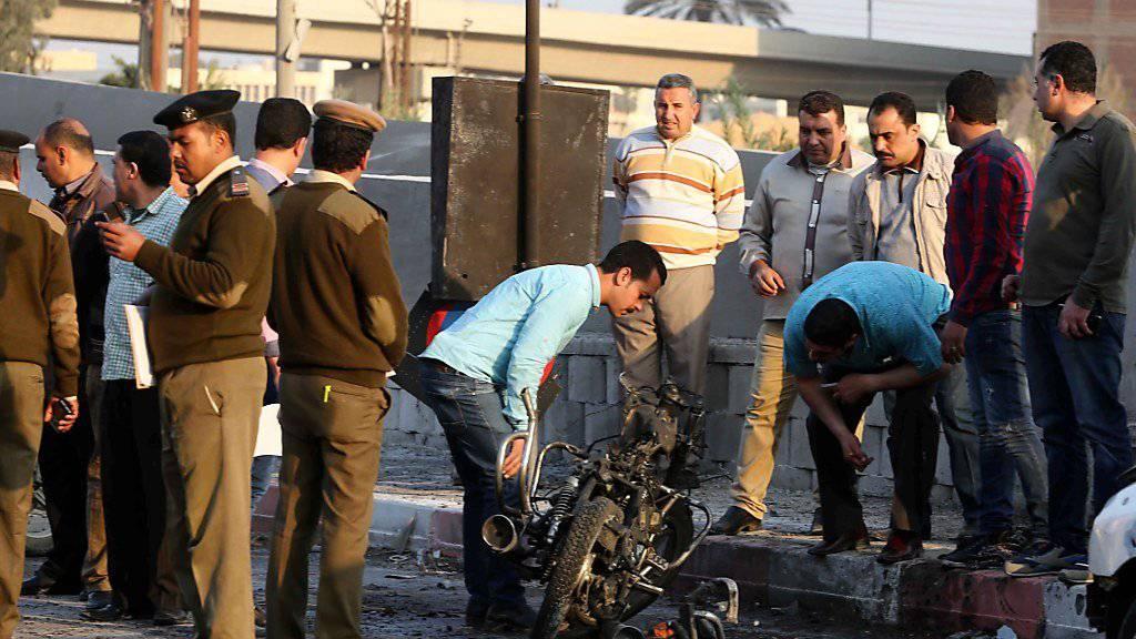 Überresten der Tatwaffe: Ein mit einem Sprengsatz präpariertes Motorrad in Ägypten explodiert bei einem Polizei-Ausbildungszentrum.