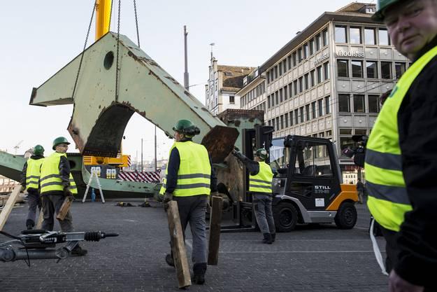 Ab heute wird der Hafenkran installiert.