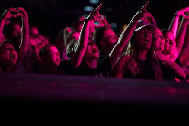 Die Fans gehen am Hecht-Konzert im Hallenstadion richtig mit.