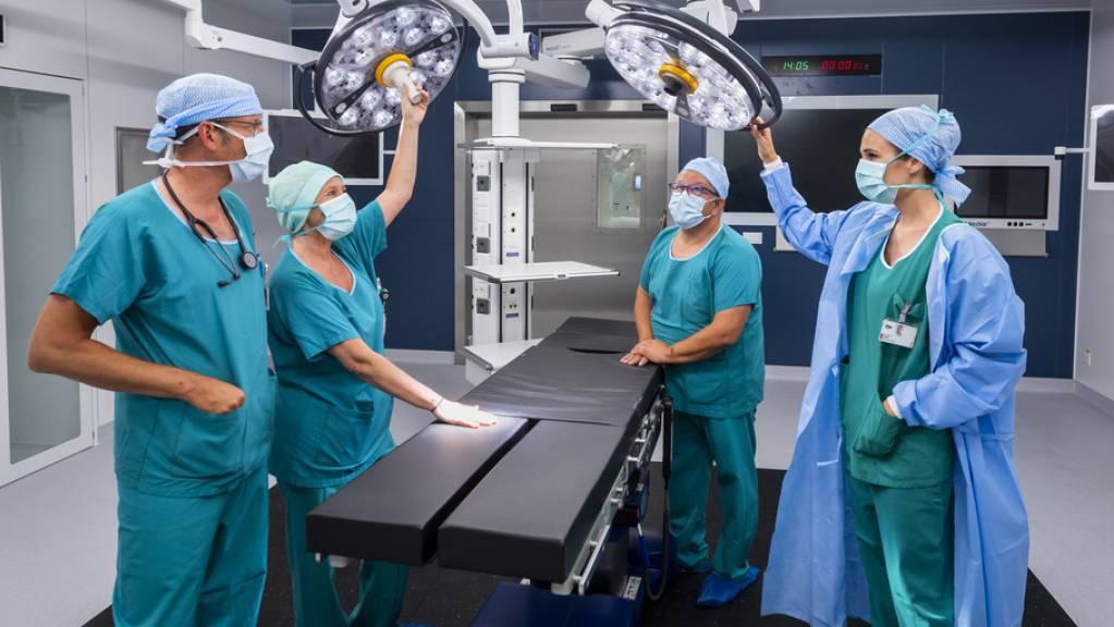 In der Schweiz werden chirurgische Eingriffe immer sicherer: In den letzten zehn Jahren ging die Rate an Wundinfektionen nach Operationen fast bei allen Arten von Eingriffen zurück (Symbolbild).