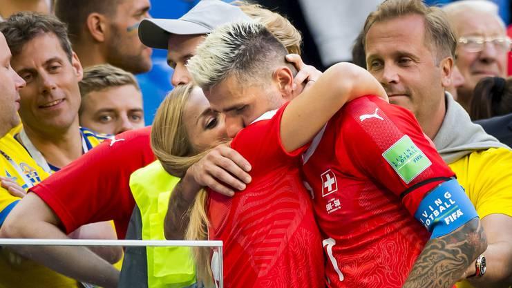 Lara tröstet Valon nach dem bitteren WM-Aus gegen Schweden.