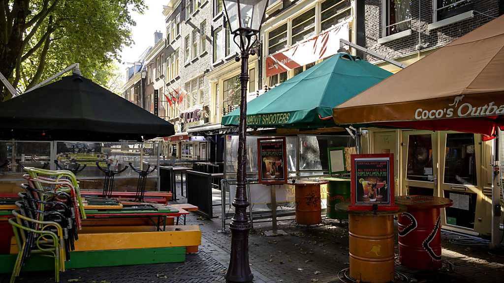 Geschlossene Restaurants in der Amsterdamer Innenstadt. Foto: Robin Van Lonkhuijsen/ANP/dpa