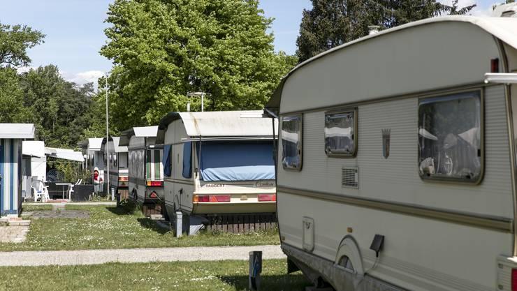 Wohnwagen stehen da, aber die Besitzer fehlen. Auf dem Campingplatz in Bad Zurzach herrscht noch gähnende Leere.