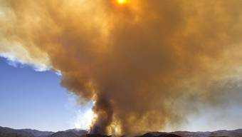 Rauchsäule über dem Spring Valley in Arizona