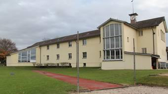 Mit dem Anbau in Richtung Sportplatz wird der Gang des Schulhauses Büel A künftig zu beiden Seiten über Räume verfügen.