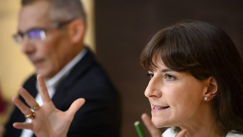 Die Waadtländer Staatsrätin Rebecca Ruiz (rechts) mit dem Verwaltungsrat der Ausgleichskasse, Julien Cuerel, an der Medienkonferenz in Lausanne.
