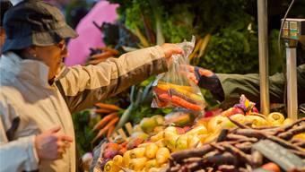 Von Elfenbein, Gelb über Orange bis hin zu Lachs und Blutrot: Rüebli in allen Farben wanderten gestern über die Ladentische.