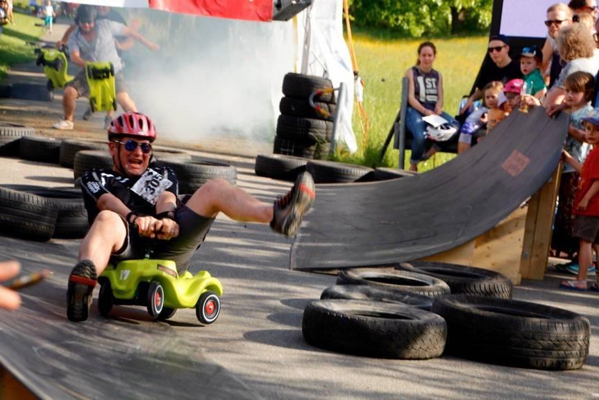 Grosse Fahrer auf kleinem Gefährt am Bobbycar-Rennen in Rorschach. (Archivbild)