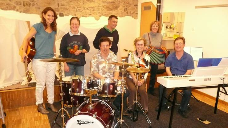 Die Band «noi insieme» zusammen mit ihren Coaches.