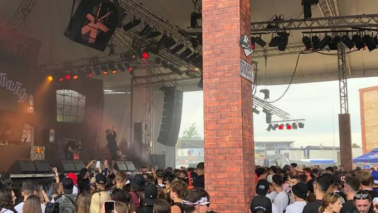 Der St. Galler Rapper Monet192 eröffnete am Donnerstagmittag das Festival. Der Bühnengraben ist bereits gut gefüllt.