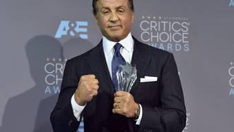 """Sylvester Stallone nimmt bei den Critics's Choice Awards in Los Angeles die Auszeichnung als bester Nebendarsteller für seine Rolle im Boxfilm """"Creed"""" entgegen (Archiv)"""